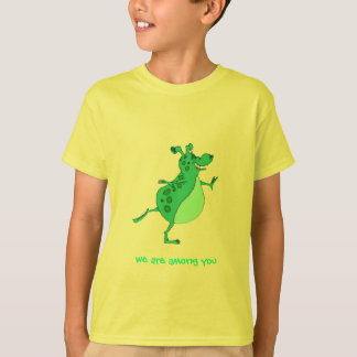 Alien vert sautant mignon - nous sommes parmi vous tee-shirt