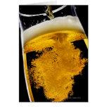 Bière versé dans le verre, tir de studio carte de vœux