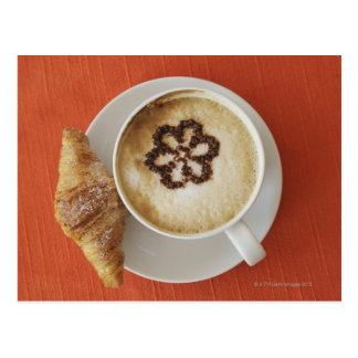 Cappuccino avec du chocolat et un croissant, cartes postales