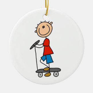 Chiffre garçon de bâton sur le scooter ornement rond en céramique