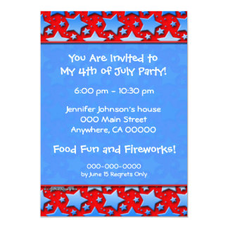 Étoiles bleues de blanc sur le rouge carton d'invitation  12,7 cm x 17,78 cm
