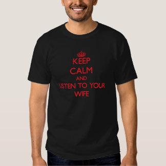 Gardez le calme et écoutez votre épouse tee-shirts