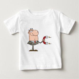 Homme d'affaires utilisant un aimant tee shirt