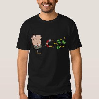 L'homme d'affaires utilisant un aimant attire t shirts