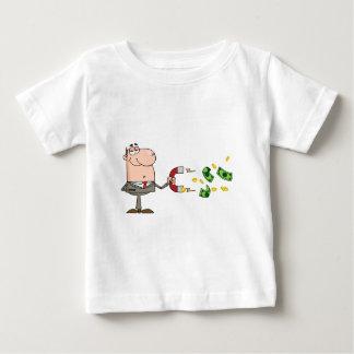 L'homme d'affaires utilisant un aimant attire tshirts