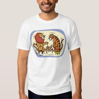 Lion et tigre jouant aux échecs t shirt