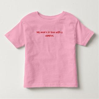 Ma maman dans l'amour avec un T-shirt de vampire