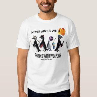Pingouins avec le T-shirt d'armes