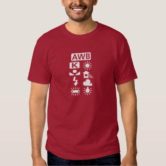 T-shirt blanc de pictogramme d'équilibre