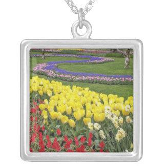 Tulipes, jacinthe de raisin, et jonquilles, pendentif carré